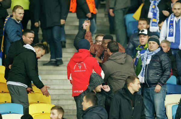 Болельщики киевского Динамо избивают темнокожего болельщика во время матча против Челси