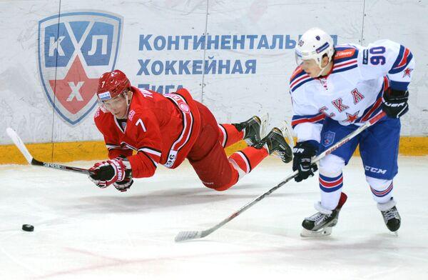 Защитник Автомобилиста Николай Тимашов (слева) и форвард СКА Никита Гусев