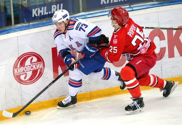 Защитник СКА Максим Чудинов (слева) и форвард Автомобилиста Виталий Попов