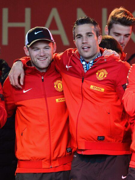 Уэйн Руни и Робин ван Перси после победы Манчестер Юнайтед в чемпионате Англии сезона-2012/2013