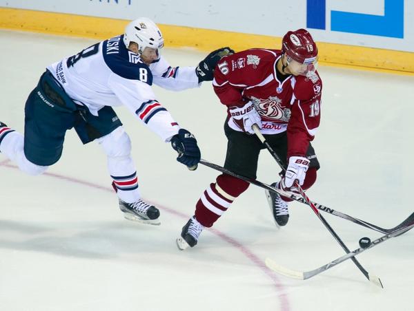 Нападающий Металлурга (Магнитогорск) Войтек Вольски и нападающий Динамо (Рига) Микелис Редлихс (слева направо)