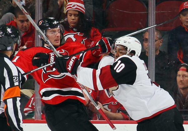 Нападающий клуба НХЛ Нью-Джерси Девилз Сергей Калинин (слева)