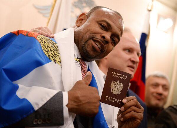 Боксер Рой Джонс-младший получил российский паспорт в Федеральной миграционной службе РФ