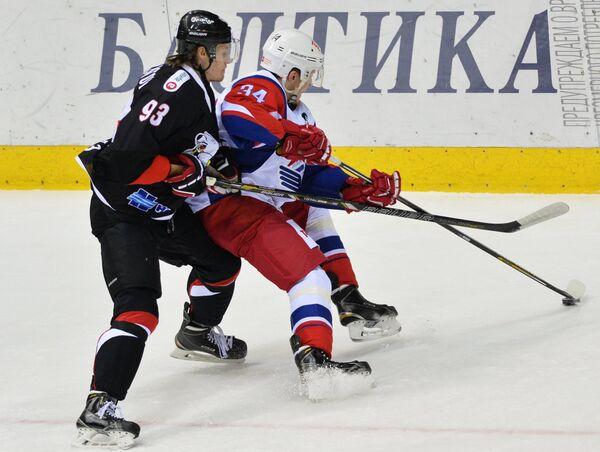Защитник Трактора Никита Хлыстов (слева) и форвард Локомотива Артём Ильенко