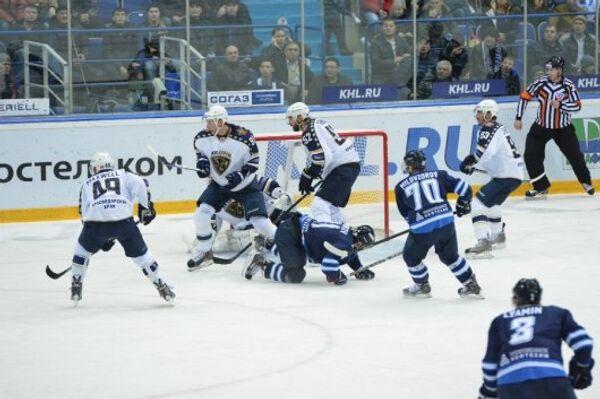 Игровой момент матча КХЛ ХК Нефтехимик - ХК Сочи