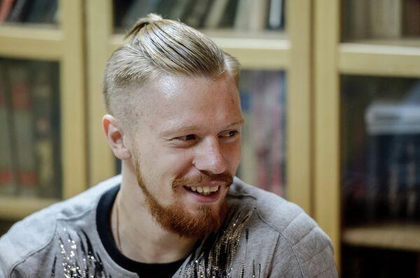 Защитник футбольного клуба Ростов Иван Новосельцев во время совместного интервью со своей женой