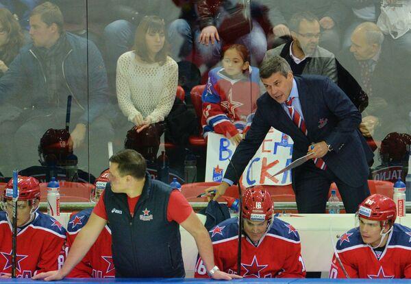 Главный тренер ЦСКА Дмитрий Квартальнов (справа) и хоккеисты клуба
