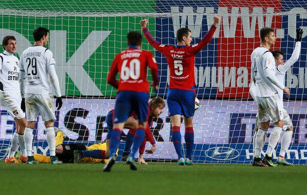 Защитник ПФК ЦСКА Виктор Васин (в центре) радуется голу