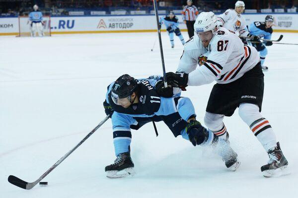 Нападающий Сибири Калле Риддервалль (слева) и нападающий Амура Евгений Грачёв