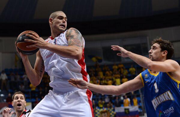 Центровой БК Црвена Звезда Майк Зирбес (слева) и защитник БК Химки Алексей Швед