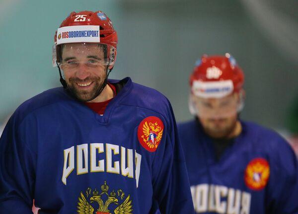 Нападающий сборной России Данис Зарипов (слева)