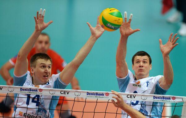 Волейболисты Динамо Дмитрий Щербинин (слева) и Юрий Бережко