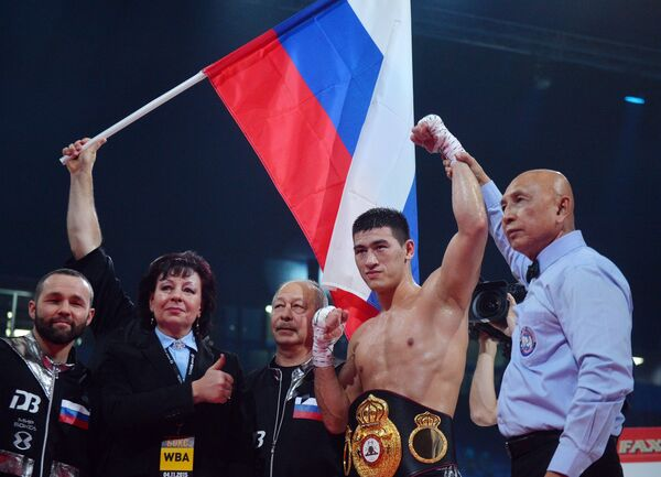 Дмитрий Бивол (второй справа)