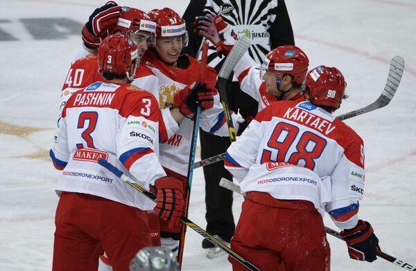 Игроки сборной России по хоккею радуются заброшенной шайбе