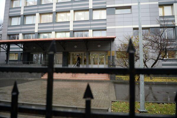 У входа в здание, где расположен Антидопинговый центр