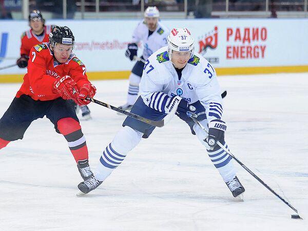 Нападающий Металлурга (Новокузнецк) Кирилл Капризов и защитник Адмирала Оска Бартулис (слева направо)