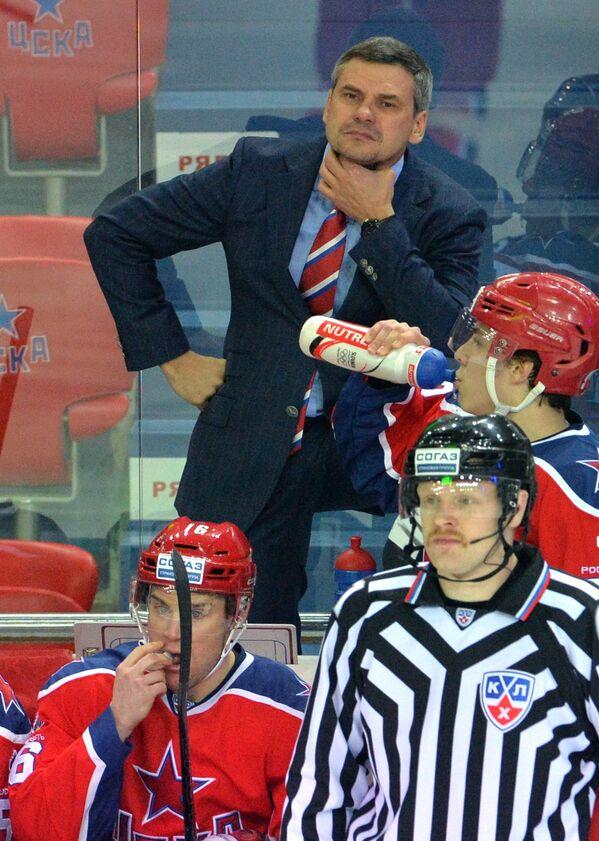 Главный тренер ПХК ЦСКА Дмитрий Квартальнов (в центре на дальнем плане)