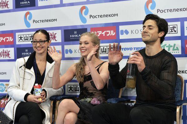 Канадские спортсмены Кэйтлин Уивер (в центре), Эндрю Поже и их тренер Анжелика Крылова