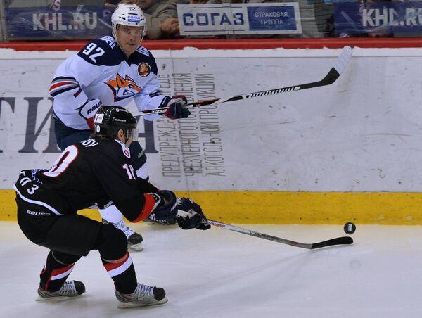 Форвард Трактора Александр Рыбаков (на первом плане) и нападающий Металлурга Богдан Потехин