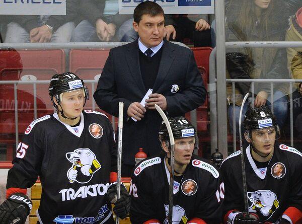 Исполняющий обязанности главного тренера Трактора Анвар Гатиятулин (на втором плане)