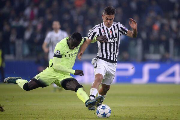 Защитник Манчестер Сити Бакари Санья и форвард Ювентуса Пауло Дибала (справа)