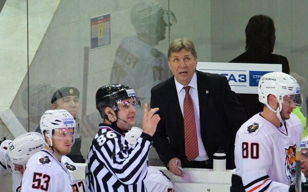 Главный тренер Амура Сергей Шепелев (второй справа)
