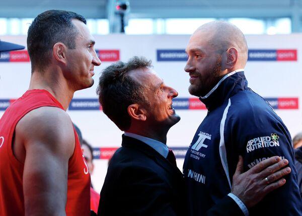 Владимир Кличко (слева) и Тайсон Фьюри (справа)
