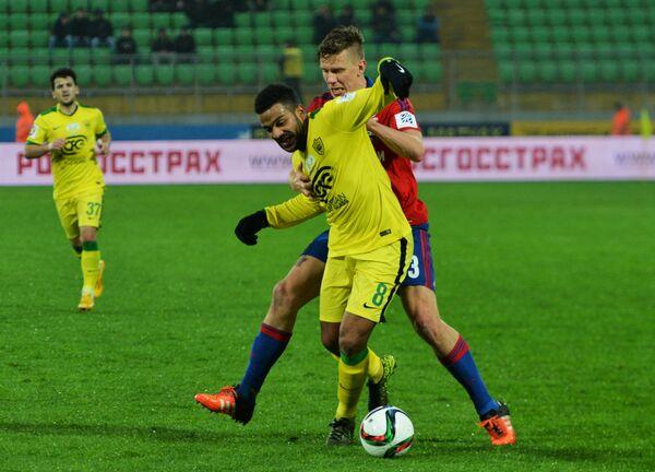 Полузащитник ФК Анжи Лоренцо Эбесилио (на первом плане) и полузащитник ЦСКА Понтус Вернблум.