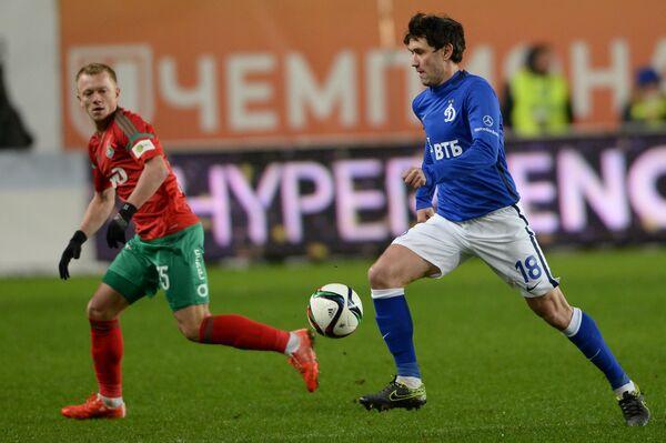Защитник Локомотива Ренат Янбаев (слева) и полузащитник Динамо Юрий Жирков