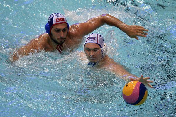 Ватерполист сборной Турции Гозусулу Джан (слева) и ватерполист сборной России Николай Лазарев