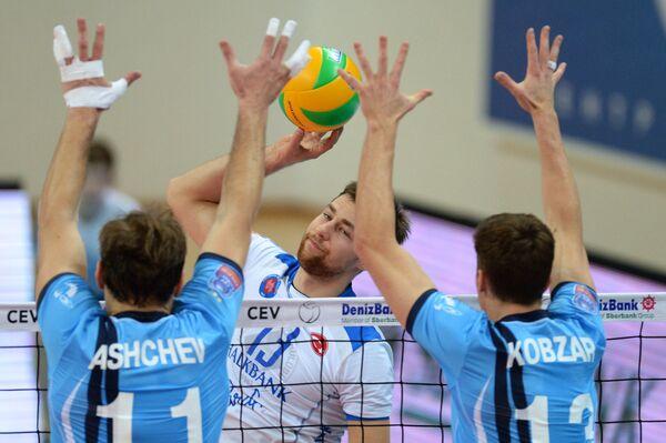 Игроки ВК Зенит-Казань Андрей Ащев и Игорь Кобзарь (слева направо на первом плане)