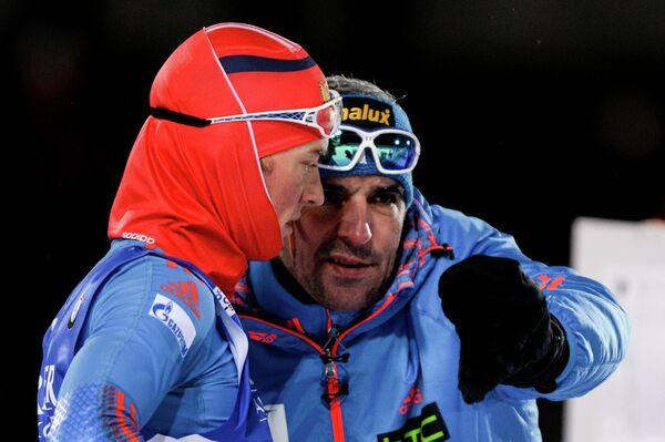 Биатлонист сборной России Антон Бабиков и тренер сборной России Рикко Гросс (справа)