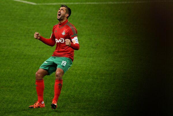 Полузащитник Локомотива Александр Самедов радуется забитому мячу в ворота Зенита