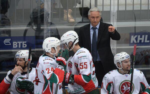 Главный тренер Ак Барса Зинэтула Билялетдинов (на втором плане)