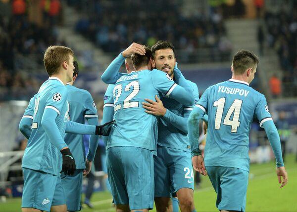 Игроки Зенита радуются забитому голу