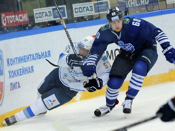 Нападающий Барыса Михаил Паньшин и защитник Адмирала Никита Лисов (слева направо)