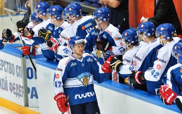 Игроки сборной Финляндии радуются заброшенной шайбе