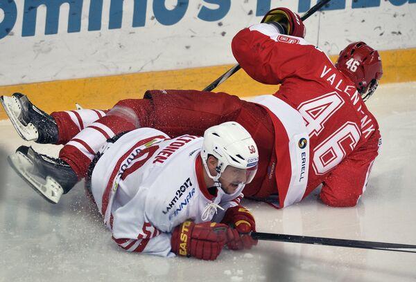 Защитник Спартака Павел Валентенко (справа) и форвард Йокерита Юхаматти Аалтонен