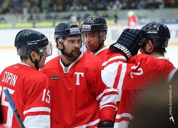 Хоккеисты Торпедо, второй слева - форвард Каспарс Даугавиньш