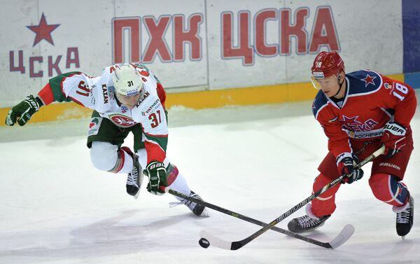 Защитник Ак Барса Михаил Сидоров (слева) и форвард ЦСКА Дмитрий Кугрышев