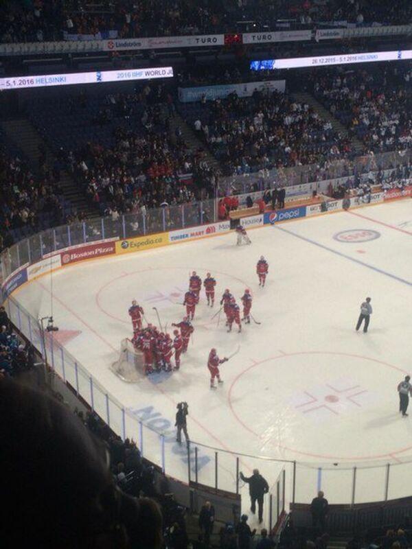 Игроки молодежной сборной России по хоккею (игроки до 20 лет) радуются победе