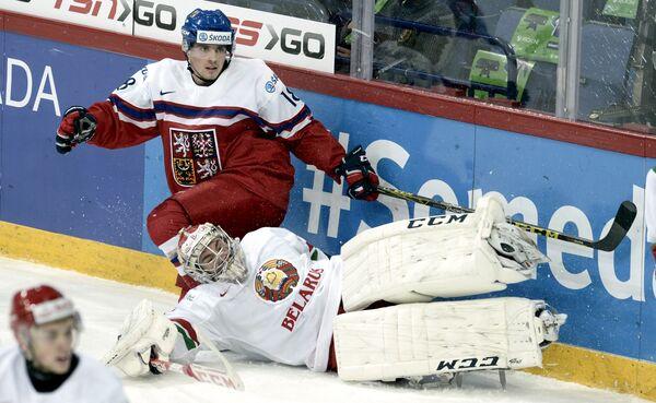 Игровой момент матча чемпионата мира по хоккею среди молодежных команд между сборными Чехии и Белоруссии