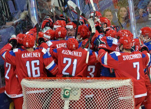 Хоккеисты молодежной сборной России радуются победе на американцами на ЧМ