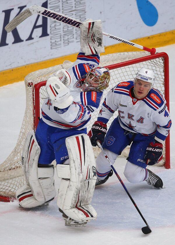 Вратарь ХК СКА Игорь Шестёркин и игрок ХК СКА Ярно Коскиранта (справа)
