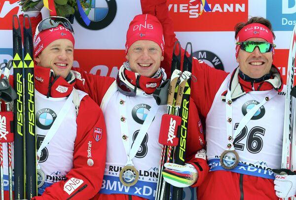 Норвежские биатлонисты Тарьей и Йоханнес Бё и Эмиль Хегле Свендсен (слева направо)