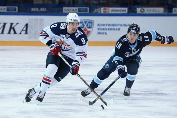 Защитник Металлурга Виктор Антипин (слева) и форвард Сибири Дамир Жафяров