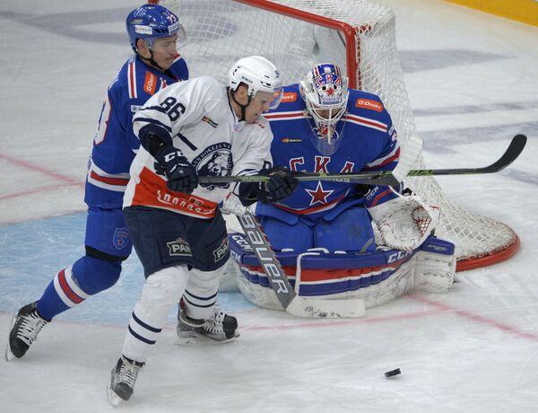 Защитник СКА Максим Чудинов, форвард Медвешчак Томаш Мертль и вратарь СКА Илья Ежов (слева направо)