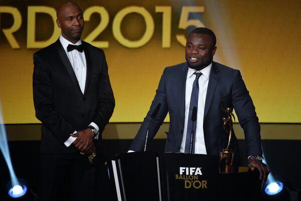 Экс-футболист сборной Германии Джеральд Асамоа (справа) во время вручения премии за честную игру клубам и организациям, помогавшим беженцам