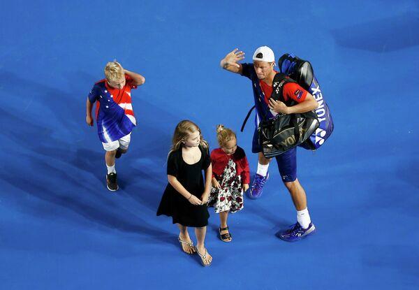 Ллейтон Хьюитт со своими детьми