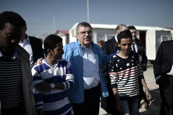 Президент МОК Томас Бах во время своего визита в центр размещения беженцев в Греции